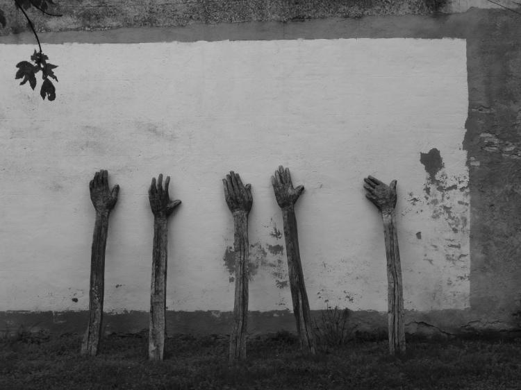 Cinco máns que apoian a muraia, por Álvaro de la Vega (Lugo, 2014)