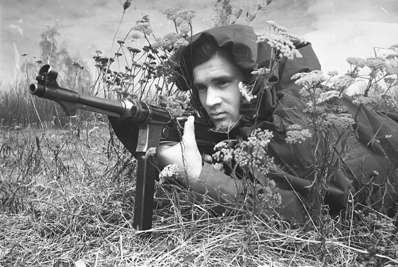 portretnaja-fotosyomka-sovetskogo-soldata-dlja-frontovoj-gazety-jugo-zapadnogo-fronta-krasnaja-armija